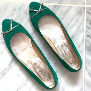 Adorable Tod's suede Kelly Green ballet flats!